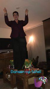 """Ingrid danst op tafel na een geslaagde live start van de online opleiding """"van Ik naar Geld"""""""